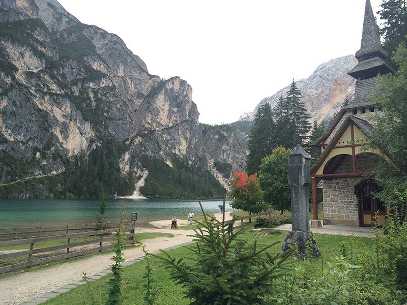 chiesetta lungo il lago di braies