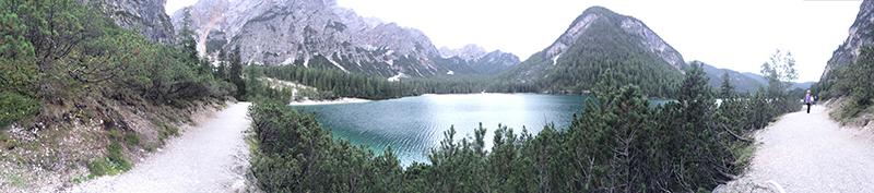 veduta al grandangolo del lago di braies