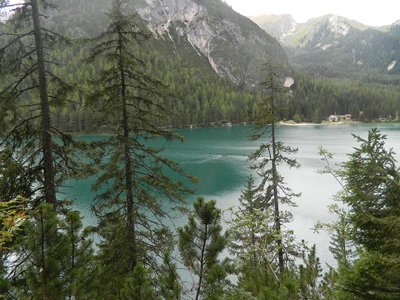 lago di braies visto dall'alto