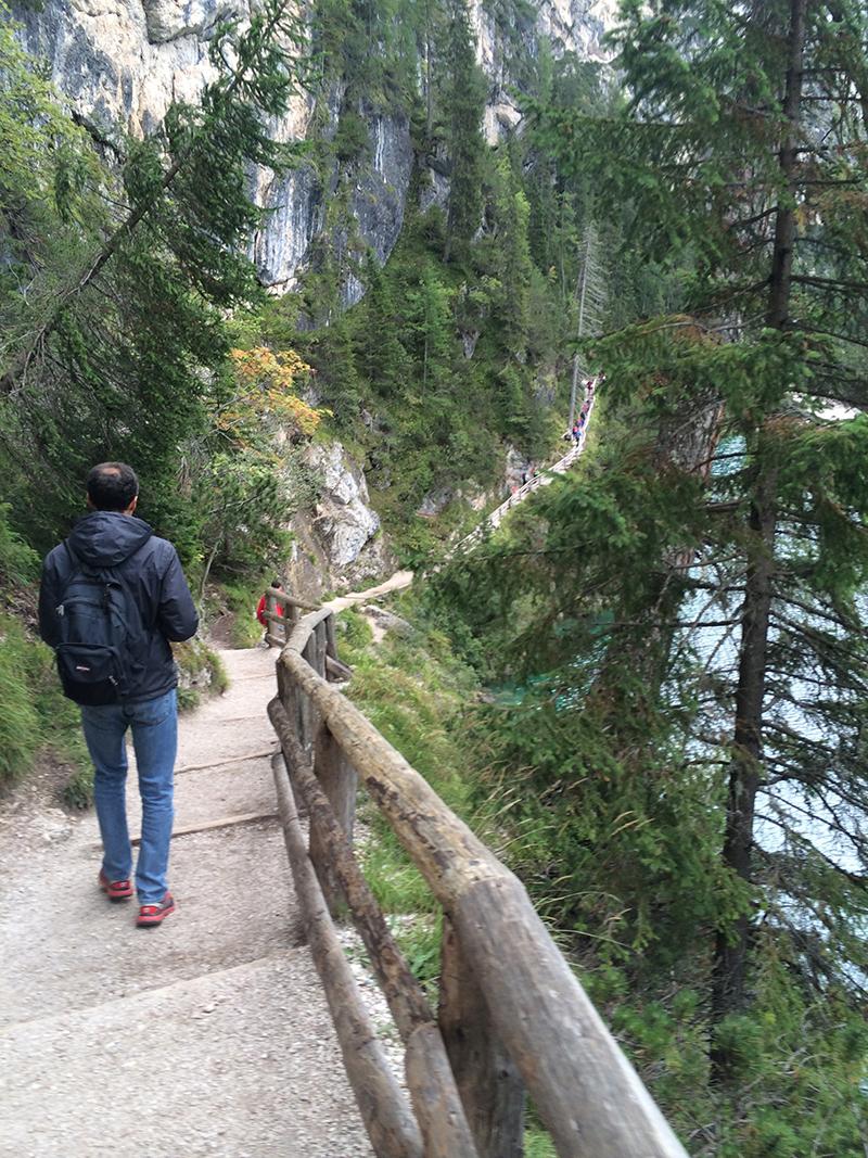 sentiero lungo il lago di braies