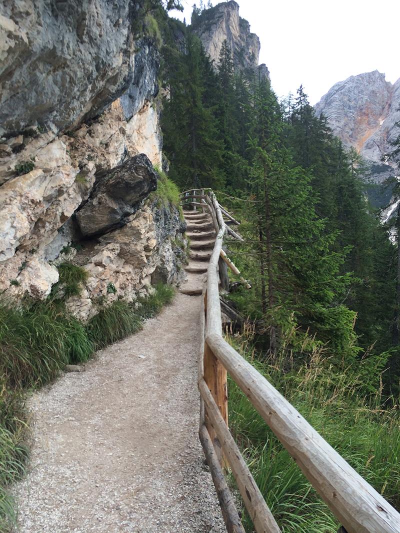 sentiero lungo il monte nei pressi del lago di braies